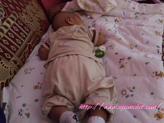 bayi tidur meniarap
